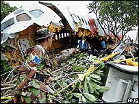 Soldier inspects wreckage of plane (1/12/04)