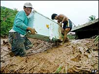Villagers salvage a refrigrator from a house buried in Real (1/12/04)