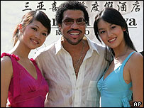 Singer Lionel Ritchie poses with Miss Chinese Taipei (Taiwan) Yi Hui Xu, left, and Miss China Yang Jin