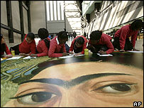 Ni�os dibujando sobre una imagen de Frida Kahlo