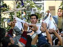 اقباط يتظاهرون امام مقر البابا شنودة