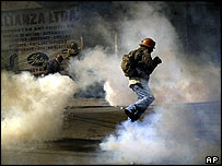 Miner flees tear gas in La Paz