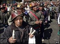 Un minero sostiene dinamita durante una marcha en La Paz