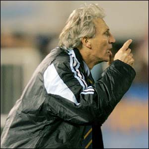 Argentina coach Jos� Pekerman shouts instructions to his players