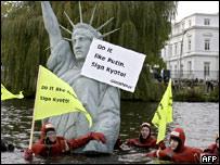 Protesta ante la embajada de Estados Unidos de una organización ambientalista