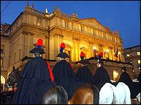 Carabineros hacen guardia frente a La Scala