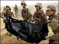 Американские солдаты с телом убитого коллеги