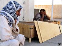 Мохаммед Исмаил рядом с гробом своего убитого сына, 15-летнего Ахмада