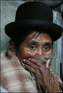 Una mujer cubre su rostro para protegerse del gas lacrim�geno durante protestas en La Paz