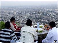 متنزهون فوق أحد المرتفعات المحيطة بدمشق