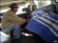 Un minero boliviano cuida de su amigo herido en Yotala, a unos 17 kil�metros de Sucre.