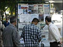 Syrians at newspaper stand