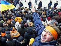 Supporters of Ukraine's opposition leader Viktor Yushchenko celebrate in front of parliament in Kiev