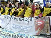 "South Korean former ""comfort women"" hold a weekly anti-Japan rally in Seoul"