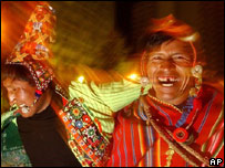 Ind�genas de la regi�n de Potos� celebran luego de la juramentaci�n del nuevo presidente.