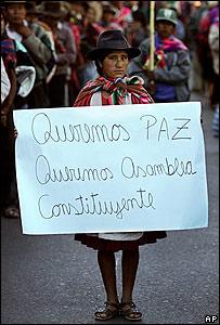 Una ind�gena quechua pide por una asamblea constituyente.