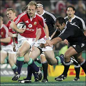 Matt Dawson shows a clean pair of heels to the Maori defences