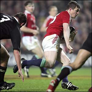 Brian O'Driscoll carves his way through the midfield for a well-worked try under the posts to make it 19-13