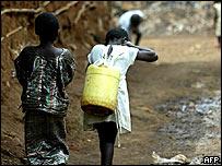 Niños en Kenia, uno de los países a los que se le condonaría la deuda