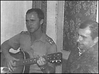 Военный в Афганистане поет песни под гитару (фото с сайта www.rsva.ru)
