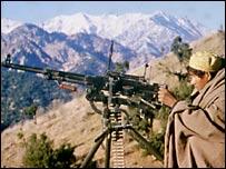 Моджахед ведет бой в горах