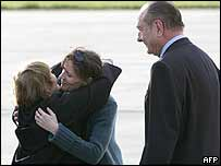 Florence Aubenas embraces her mother, watched on by French President Jacques Chirac