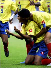 Colombia's Fredy Guarin celebrates scoring against Italy with Abel Aguilar