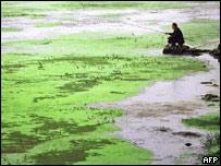 Un hombre pesca en un r�o de China