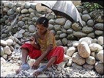 Niña triturando piedras en Bangladesh