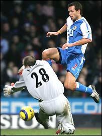 Palace's Gabor Kiraly denies Blackburn's Lucas Neill