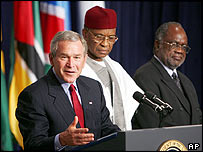 George W Bush flanked by Niger's Mamadou Tandja and Namibia's Hifikepunye Pohamba