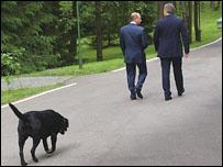 Владимир Путин и Тони Блэр гуляют в Ново-Огарево