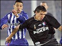 Porto's Derlei (left) challenges Caldas' Jonathan Fabbro