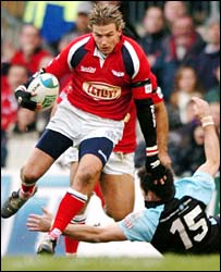 Scarlets wing Tal Selley leaves Kenny Logan sprawling