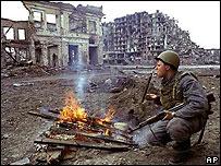 Солдат российской армии у костра в Грозном