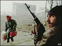 Чеченский боевик и женщина с вещами