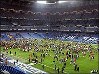 Simpatizantes abandonando el estadio del Real Madrid (Pierre-Philippe Marcou/AFP/Getty Images)