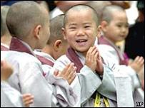 Jóvenes monjes budistas
