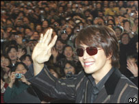 South Korean actor Bae Yong-joon ( Yon-sama ) waves on his arrival at New Tokyo International Airport, Nov 25, 2004