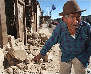 Pablo Caillpa, 93, a la entrada de lo que fue su casa en Huara, a unos 80 kms de Iquique
