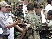 Luis Carlos Restrepo, Comisionado para la Paz de Colombia, recibe las armas de los paramilitares