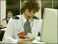 Una policía delante de una computadora.