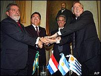 Presidentes del bloque Mercosur, de izquierda a derecha, Luiz In�cio Lula da Silva, de Brasil, Nicanor Duarte de Paraguay, Tabar� V�zquez de Uruguay y N�stor Kirchner de Argentina