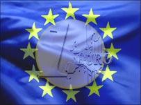 Флаг Евросоюза и монета достоинством в 1 евро