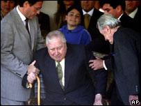 Augusto Pinochet (al centro)