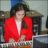 Девушка в компьютерном классе, подаренном Ельциным
