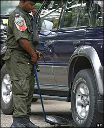 Nigerian policeman checks car for bombs (archive photo)