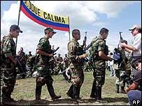 Combatientes de las AUC entregan sus armas al alto comisionado para la Paz, Luis Carlos Restrepo