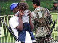 Paramilitar besa a su hija en Bugalagrande, Colombia
