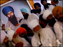Sikhs alongside picture of dead militant Sant Jarnail Singh Bhindranwale